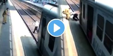 ভাইরাল ভিডিও Viral Video RPF conmstable saves old man from train
