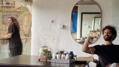 Photo of মাকে স্যাঁতস্যাঁতে দেওয়ালওয়ালা ভাড়া বাড়িতে রাখেন! মায়ের সঙ্গে ছবি পোস্ট করে বিপাকে হৃত্বিক
