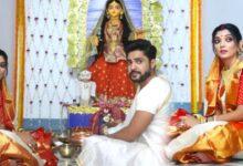 Photo of গৌরী দেবীর আদলে তৈরি মূর্তি! গৌরবের সাথে লক্ষ্মী পুজো সারলেন উত্তম কুমারের নাতবউ দেবলীনা